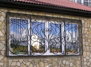 Кованая решетка на широкое окно