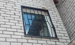 Металическая выгнутая решетка на окна