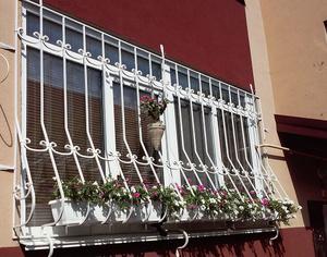 Францезская балконная решетка белого цвета