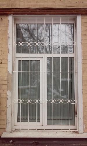 Металическая оконная решетка белого цвета