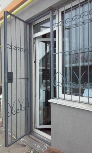 Решетчатая дверь с замком и решетка на окно