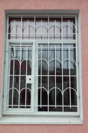 Решетка оконная с замком белого цвета