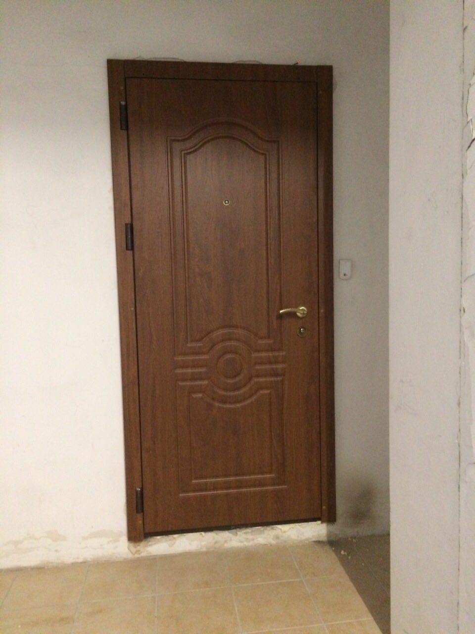 металлическая дверь с окном и решеткой